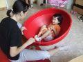 Kislány mozgásának fejlesztése különleges lavór alakú tállal