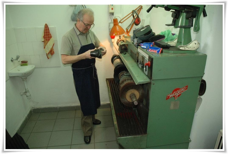A cipész a gépén dolgozik.